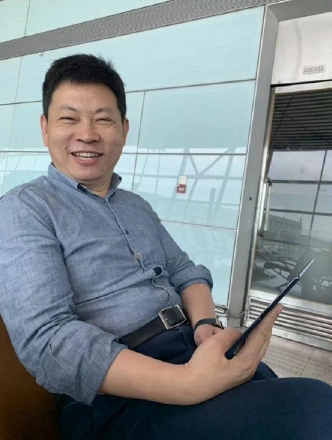 Huawei Mate X-Spezifikationen abgeschlossen, Gerät in den Händen des CEO von Huawei entdeckt 2