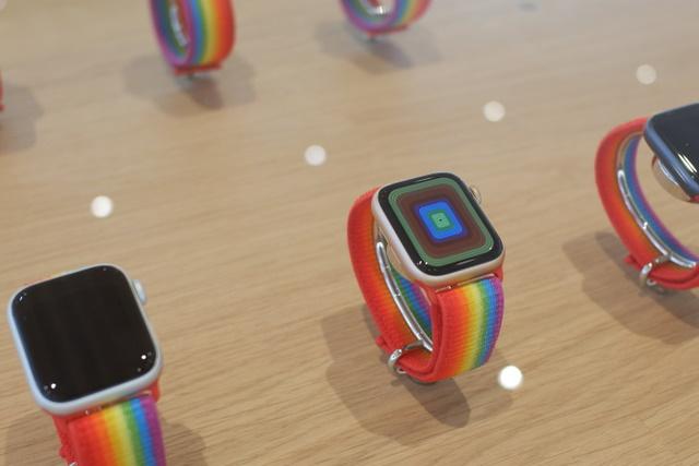 Apple Watch  mit Regenbogenriemen