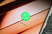 Eine WhatsApp-APP-Ikonennahaufnahme auf einem Smartphone. Dies ist das vorgestellte Bild für die gängigsten Apps auf Android