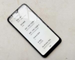 O design frontal do Moto E6 Plus possui um entalhe em forma de gota de água e pequenos painéis