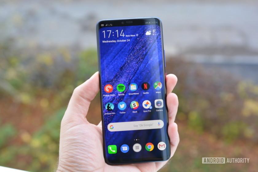 Dein Führer Team AA Das Galaxy Note Edge war bereits 2014 das erste Telefon mit Edge-Display. Sein Single-Edge-Design hat sich nie wirklich durchgesetzt, aber Samsung hat das Konzept im folgenden Jahr verfeinert und ein Dual-Edge-Design mit dem eingeführt Galaxy S6 Edge. Seitdem ist der gebogene Bildschirm ein Merkmal von Flaggschiffen verschiedener Hersteller, darunter Samsung und Huawei. In diesem Sinne werfen wir einen Blick auf die besten Telefone mit Edge-Displays! Beste Handys mit Edge-Displays: Samsung Galaxy Note 10 Samsung Galaxy S10 / S10 Plus Huawei P30 Pro OnePlus 7 Pro ZTE Axon 10 Pro Huawei Mate 20 Pro Sony Xperia XZ3 Anmerkung der Redaktion: Diese Liste der besten Telefone mit Edge-Displays wird regelmäßig aktualisiert, sobald neue Geräte gestartet werden. 1. Samsung Galaxy Note 10 serie Von Samsung Galaxy Note Linie war das ursprüngliche Smartphone mit gebogenem Bildschirm, und diese Tradition setzt sich mit dem brandneuen fort Galaxy Note 10 und Galaxy Note 10 Plus. Sie können einen 6,8-Zoll-QHD + Super AMOLED-Bildschirm auf dem erwarten Galaxy Note 10 Plus, während die Vanille Note 10 liefert ein 6,3-Zoll-FHD + Super-AMOLED-Panel. In beiden Fällen erhalten Sie einen Lochausschnitt in der Mitte, in dem sich eine 10-Megapixel-Selfie-Kamera befindet. Weiterlesen Samsung Galaxy Note 10 Plus Bewertung: Nicht die Note Wissen Sie Das Samsung Galaxy Note war schon immer als Alleskönner bekannt. Seit dem ersten Galaxy Note Bereits im Jahr 2011 hat Samsung die Serie genutzt, um zu überdenken, was unsere smartphones sollte in der Lage sein zu tun, ... Das Note In der 10er-Serie steckt je nach Region ein Snapdragon 855- oder Exynos 9825-Chipsatz unter der Haube. Die Telefone bieten außerdem einen verbesserten S Pen, IP68-Wasser- / Staubbeständigkeit, einen eingebauten Fingerabdrucksensor und ein 12MP / 12MP-Tele- / 16MP-Ultra-Wide-Rückkamera-Trio. Die Geräte unterscheiden sich in Bezug auf Akkugröße, RAM und Speicher. Erwarten Sie einen 3.500-mAh-Akku, 8 GB RA
