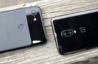 Das OnePlus 6T neben dem Google Pixel 3 XL.