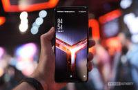 Asus ROG Phone 2 Bildschirm in der Hand