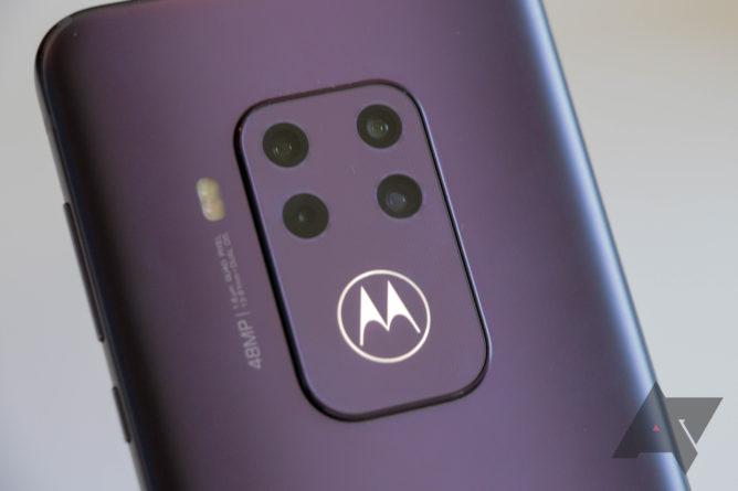Das Motorola One Zoom ist ein absolutes Highlight mit vier Rückfahrkameras und einem leuchtenden Fledermausflügel 1