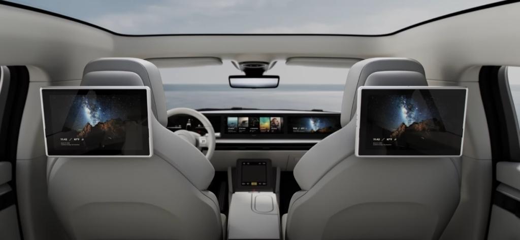Der Innenraum des Fahrzeugs besteht aus einem großen Bildschirm und zwei auf der Rückseite